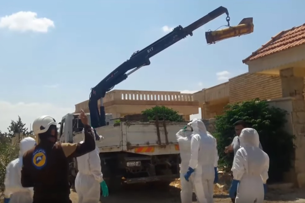 "Removing an alleged chlorine weapon from a house in Khan al-Asal, August 2017. (<a href=""https://www.youtube.com/watch?v=o5ZeRxyc4h0"">Video here</a>)"