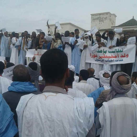 "Demonstrators outside the Supreme Court. The banner says: """"We demand the execution of Ould Mkhaitir immediately""."